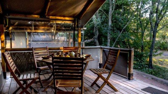 Terrasse d'un bungalow au Camping Club Lac du Salagou