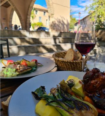 Repas sur la place du village à Montpeyroux à la Terrasse du Mimosa