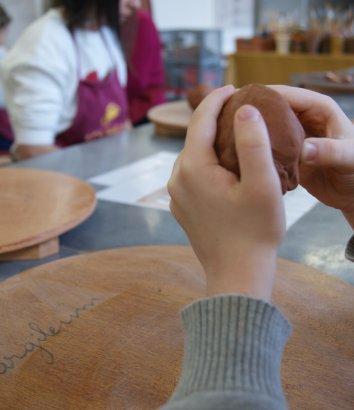Stage de poterie en Hérault - Modeler de l'argile pour créer une forme - Argileum atelier modelage