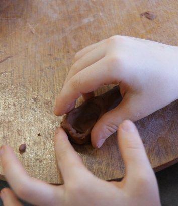 Modelage d'un pot en argile pour l'atelier de création céramique à Argileum