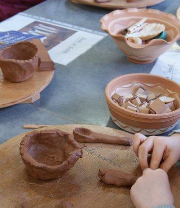 Atelier poterie à Saint-Jean-de-Fos, Argileum Hérault, Languedoc – Modelage d'une cuillère en argile