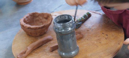 Atelier poterie Hérault - peinture des créations d'argile avant la cuisson de la céramique dans un four à poterie