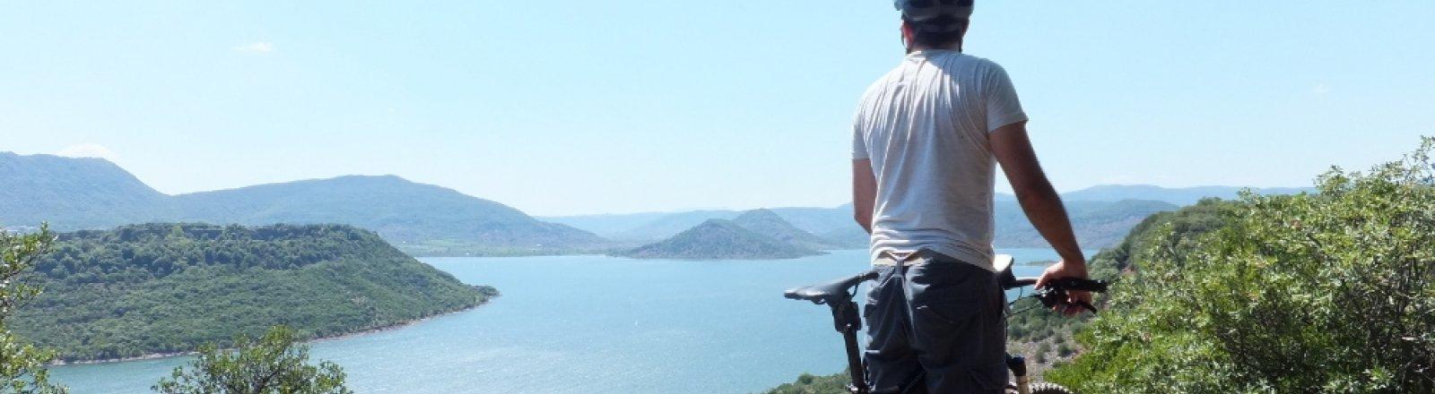 Escapéo, Randonnée, VTT et activités  handicap en Languedoc Cœur d'Hérault – vue sur le lac du Salagou © JULIEN GURRERA