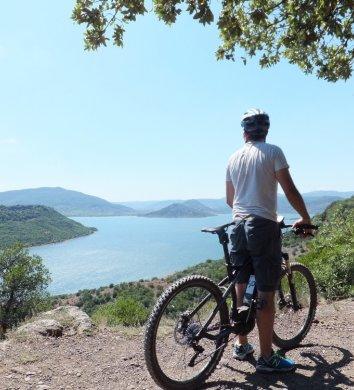 Escapéo, Randonnée, VTT et activités  handicap en Languedoc Cœur d'Hérault – vue sur le lac du Salagou